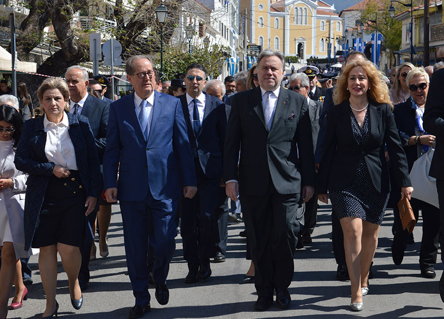 Επέτειος 25ης Μαρτίου στην Καλαμάτα με υπονοούμενα και ολίγη από Μακεδονία… (photos)