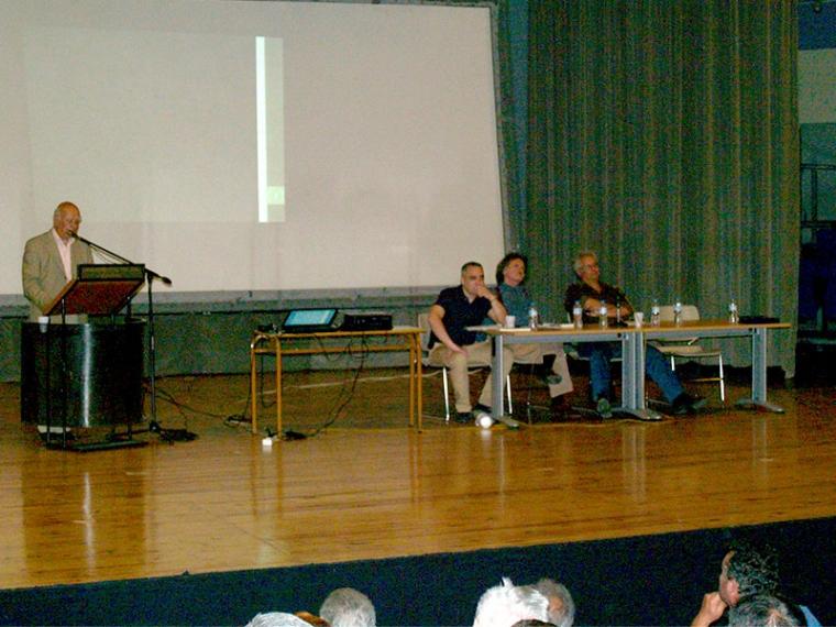 Ο Παναγής Κουμάντος στο βήμα, δεξιά οι Ηλίας Καραμπάτσος, Δημήτρης Ζέρβας και Θανάσης Παντές
