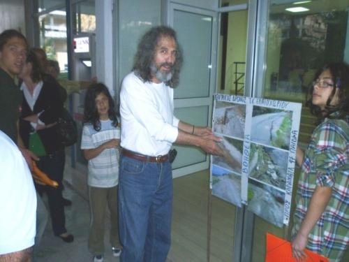 """Ο πρόεδρος του Ελαιοχωρίου,Στυλιανός Μάλαμας, κατά την """"κάθοδο"""" στο Δημοτικό Συμβούλιο για το δρόμο"""