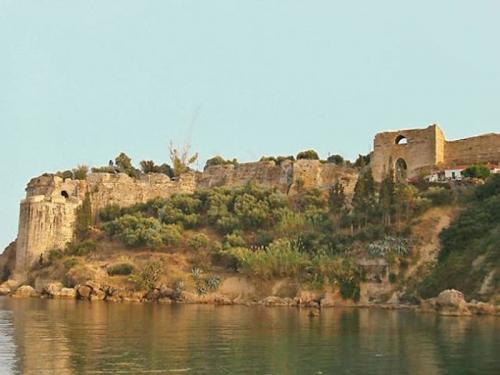 Εξετάζεται η απομάκρυνση του νεκροταφείου και του μοναστηριού από το Κάστρο