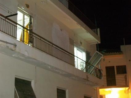 Φύλλο και φτερό κάνει η αστυνομία το διαμέρισμα όπου έγινε η ισχυρή έκρηξη