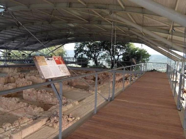 Το νέο στέγαστρο και νέος διάδρομος ξενάγησης, που δεν πατάει πάνω στον αρχαιολογικό χώρο